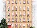 Schlichte Eleganz: Die Fassade der Schillerstraße 34
