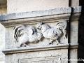 Hahnenkampf-Ornament im ersten Innenhof
