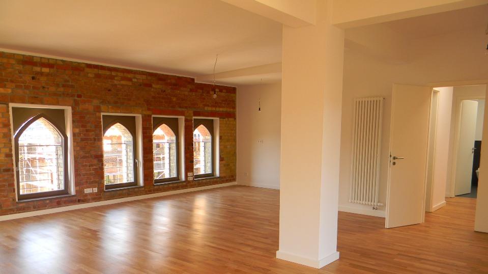 Spitzbogenfenster im Wohnbereich