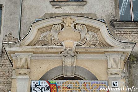 Das Hauptportal an der Dusekestraße ist mit Ornamenten reich geschmückt. Foto: Sven Hoch