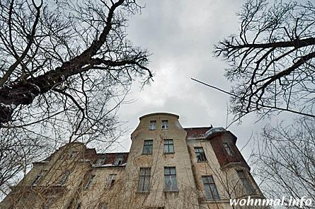 Die einst feine Gestaltung der Fassaden lässt sich nur noch erahnen. Nach der nun anstehenden, denkmalgerechten Sanierung soll die Villa im Park in rund zwei Jahren wieder in einstiger Schönheit erstrahlen. Foto: Sven Hoch