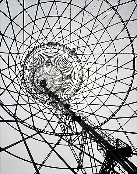 Der von Wladimir Schuchow errichtete 1922 errichtete Schabolowka-Funkturm war einer der ersten Bauten des russischen Konstruktivismus. Diese Aufnahme stammt von 1998. Foto: © courtesy Richard Pare und Kicken Berlin