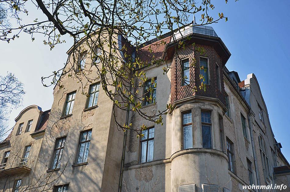 Die feinen Linien der Jugendstilfassade - hier die Ost- und die Nordseite - des früheren Park-Sanatoriums in Pankow lassen noch immer die elegante Noblesse erahnen, die dieses Bauwerk verkörperte. Foto: Sven Hoch