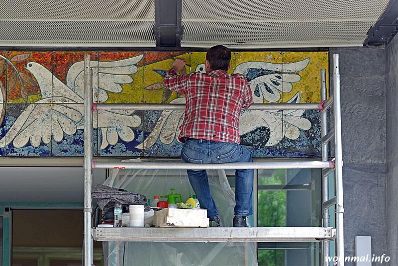 """Die """"Tauben mit Weltkugel"""" über dem Eingangsportal werden noch sorgsam restauriert. Das Fries wurde von DDR-Staatskünstler Walter Womacka geschaffen. Es sollte die im Gästehaus logierenden und tagenden Staatsgäste zum Frieden mahnen"""