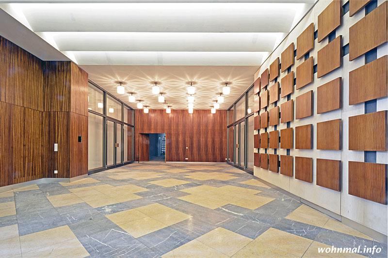 Das (einst) von Hans Hoßfeld gestaltete Foyer empfängt wieder ganz im Stil der klassischen Moderne. Kaum zu glauben, dass die Panele aus edlem Zebranoholz noch vor kurzem mit unzähligen Grafitti beschmiert waren.
