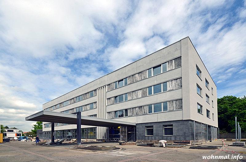 Das dunkel abgesetzte Erdgeschoss und die Fensterbänder mit den von Fritz Kühn geschaffenen Alu-Panelen strukturieren die Fassade (Blick von Südwesten). Das ausladende Vordach setzt einen markanten Akzent.