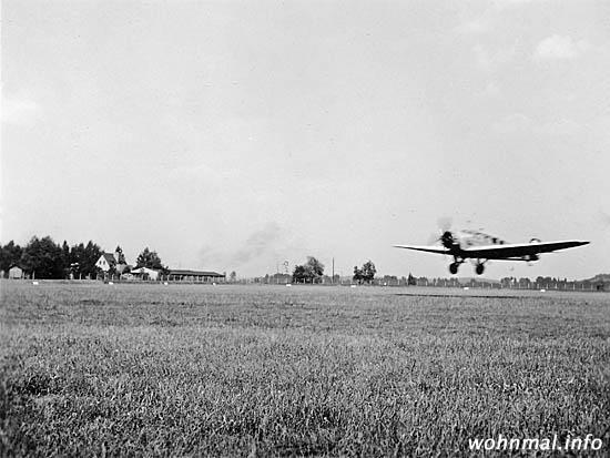 Eine Junkers-Maschine der Luftkriegsschule Werder (Havel) startet im Sommer 1938 vom Flugfeld in den Werderschen Wiesen. Foto: Archiv Wohnmal.info