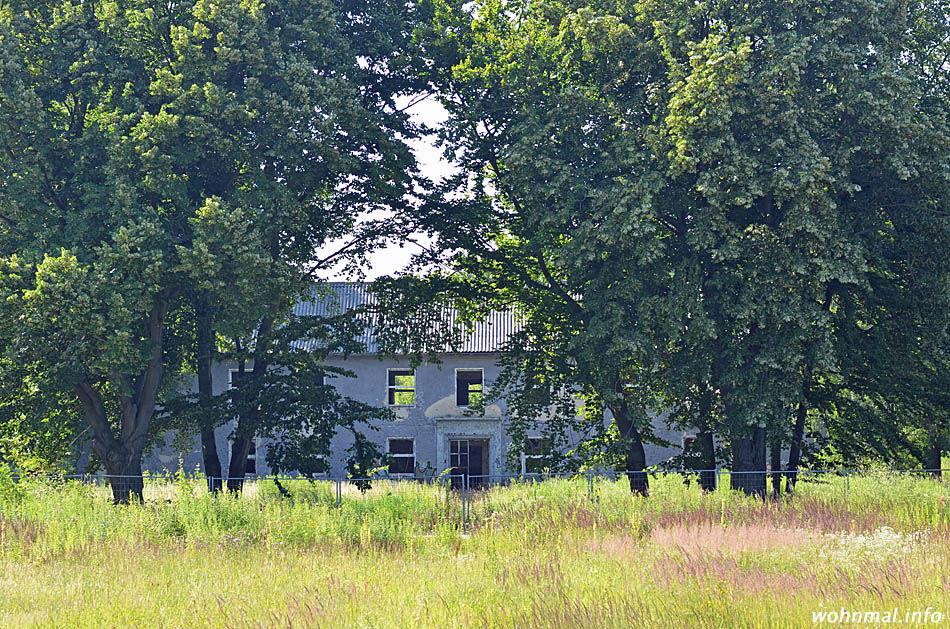 Pittoresker Dornröschenschlaf: das einstige Stabsgebäude des Fliegerhorstes Werder wartet im Augenblick noch auf den weckenden Kuß. Doch der kommt bald: auch dieses Haus wird aufwändig saniert und zu Wohnzwecken umgebaut. (Foto: Sven Hoch)