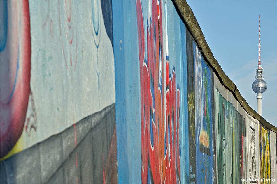 Bemaltes Denkmal: die East-Side-Gallery leuchtet auf dem letzten noch erhaltenden zusammenhängenden Teilstück der Berliner Mauer.
