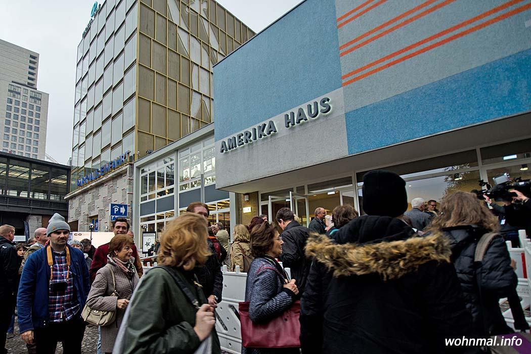 Großer Andrang am Amerika Haus in der Charlottenburger Kantstraße. Hunderte Menschen warteten geduldig, um einen Blick ins Innere des sanierten Gebäudes und auf die gleich vier Ausstellungen zu werfen, mit der die Fotogalerie C/O Berlin die Wiedereröffnung zelebriert. Foto: Sven Hoch