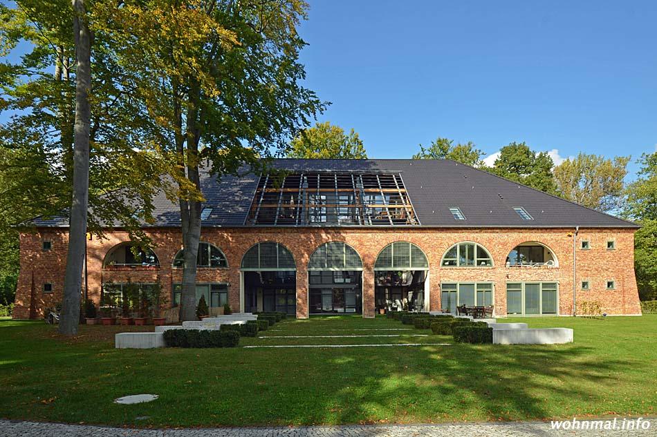 """Die Exerzierhalle - hier die Südfassade - gehört heute sicherlich zu den schönsten Bauwerken der """"Roten Kaserne"""". Foto: Sven Hoch"""