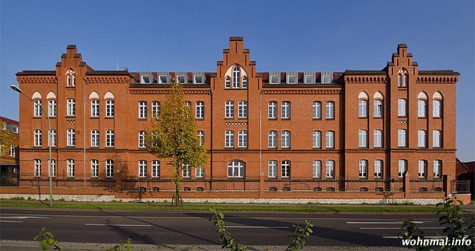 """Drei Treppengiebel geben der Westfassade des einstigen Mannschaftsquartie der """"Roten Kaserne"""", das zum Technologiezentrum wurde, eine markante Struktur. Foto: Sven Hoch"""