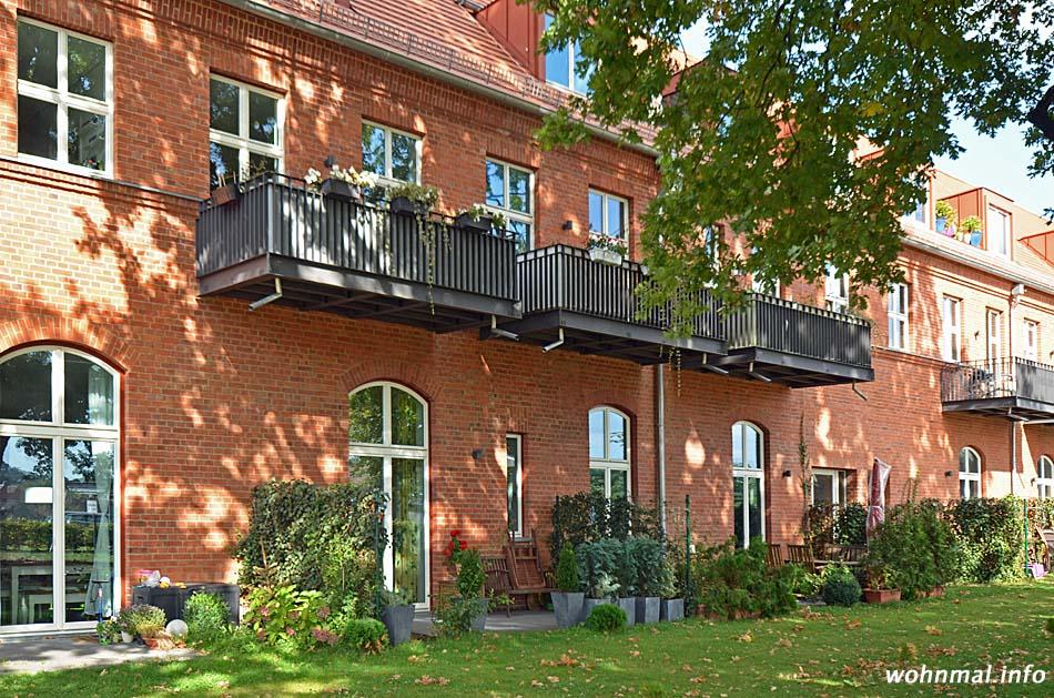 """Im Schatten einer über 150 Jahre alten Eiche präsentiert sich die denkmalgerecht sanierte einstige Kutscherei der """"Roten Kaserne"""" in Potsdam-Nedlitz von ihrer schönsten Seite. Foto: Sven Hoch"""