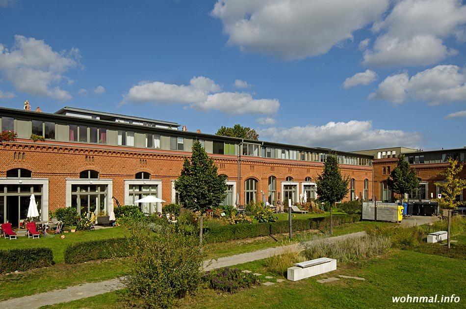 Der bereits fertiggestellte und bewohnte Nordflügel des Stallgevierts mit den zum Innenhof ausgerichteten Privatgärten. Foto: Sven Hoch