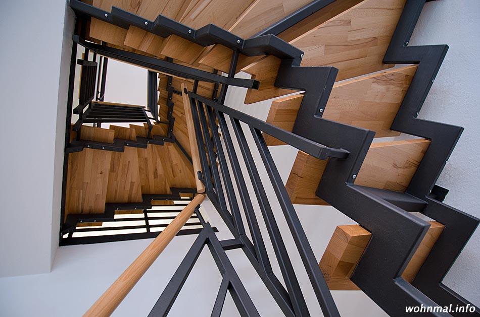 Treppenhaus im Stadthaus: Hochwertige Materialien und klares Design schaffen eine zeitgemäße und wohnliche Atmosphäre. Foto: Sven Hoch