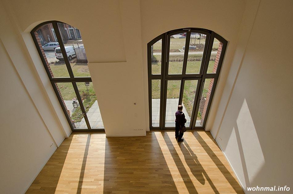 Licht und Luft: Blick von der Galerieempore in den Wohnraum eines Stadthauses. Foto: Sven Hoch