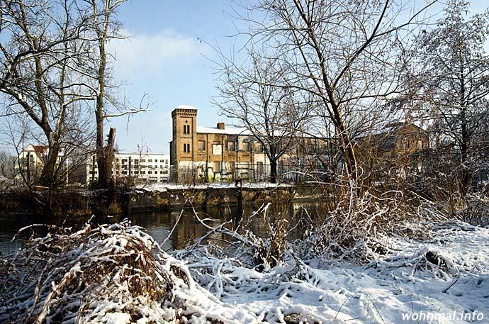 Blick über die Nuthe auf das noch erhaltene Hauptgebäude der Arntzschen Baumwollspinnerei. Foto: Sven Hoch