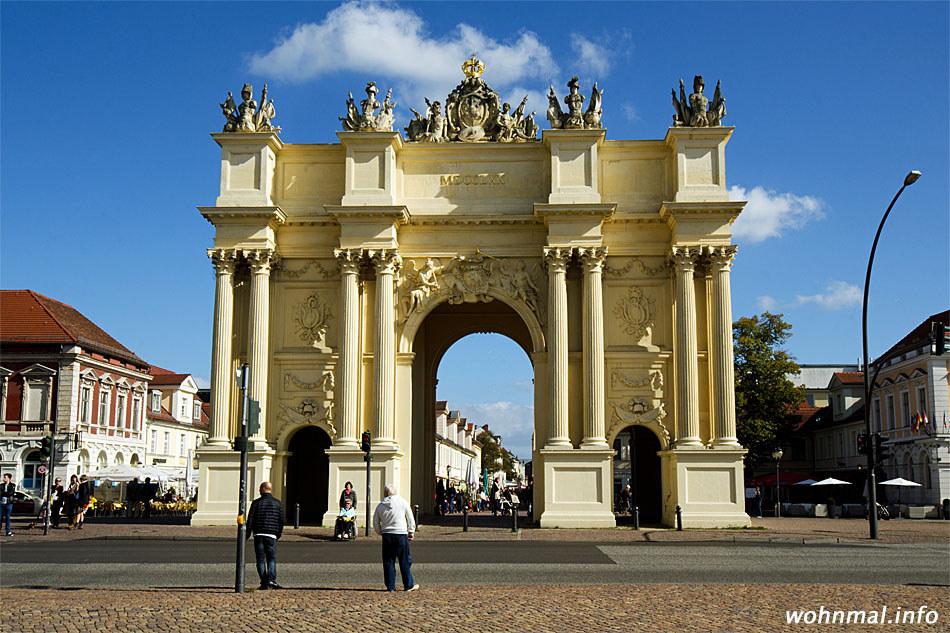 Beim Entwurf des Brandenburger Tores in Potsdam ließen sich Gontard und Unger von römischen Triumphbögen wie dem Kostantinbogen inspirieren. Gontard entwarf die Stadtseite, Unger die hier abgebildete Landseite des Tores. 1770/71 errichtet, ist es übrigens rund 18 Jahre älter als sein Berliner Pendant. Foto: Sven Hoch