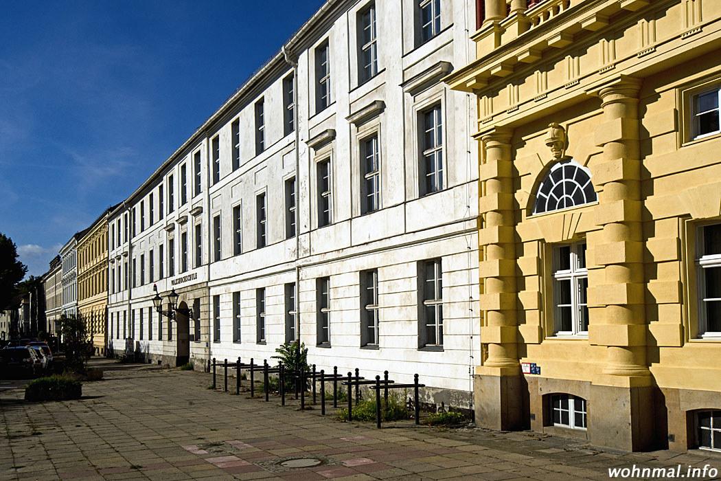 Die schnörkellose Fassade des Gontards-Palais bildet einen starken Kontrast zu den benachbarten, äußerst üppig verzierten Hiller-Brandtschen Häusern, von denen ein Teil der Ostfassade in den rechten Vordergrund hineinragt. Foto: Sven Hoch