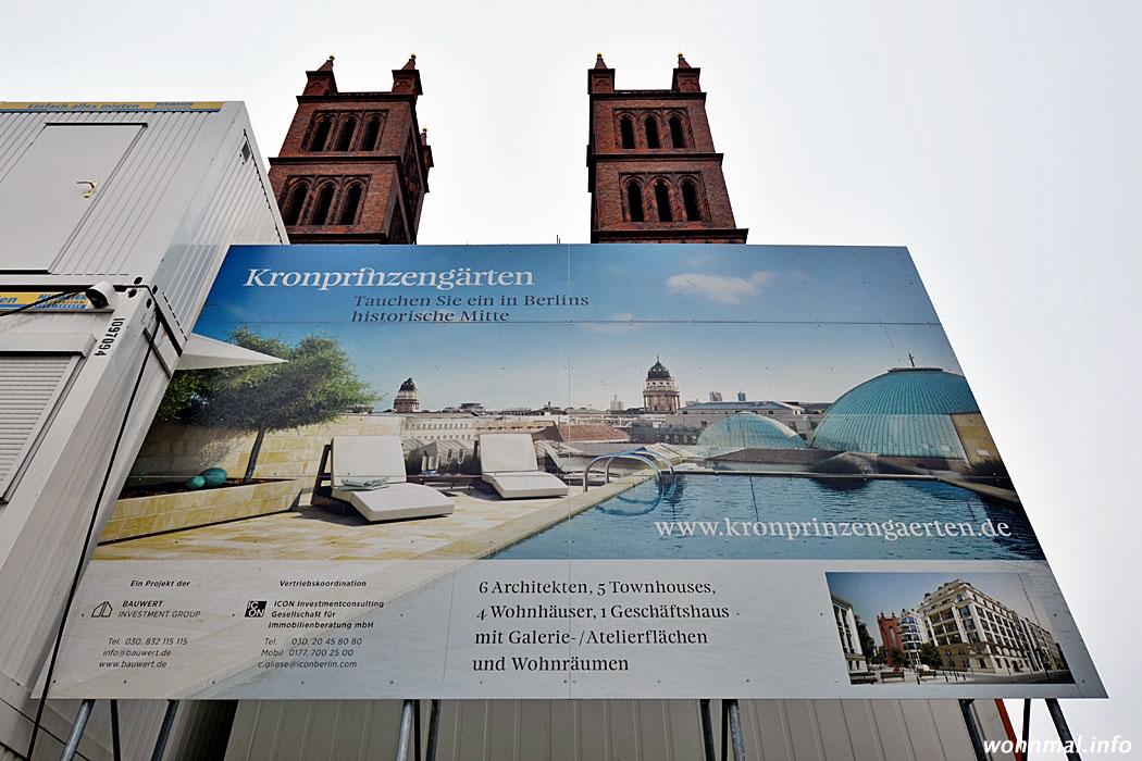 Schild und Baucontainer des Kronprinzengärten-Projekts vor der Friedrichswerderschen Kirche. Foto: Sven Hoch