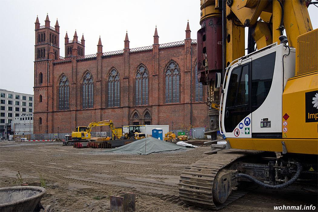 Schweres Gerät bringt sich auf der Baustelle östlich der Friedrichswerderschen Kirche in Stellung. Die Realisierung des Frankonia-Projekts wird die Kirche wohl weiter in ihrer Substanz nachhaltig beschädigen. Foto: Sven Hoch
