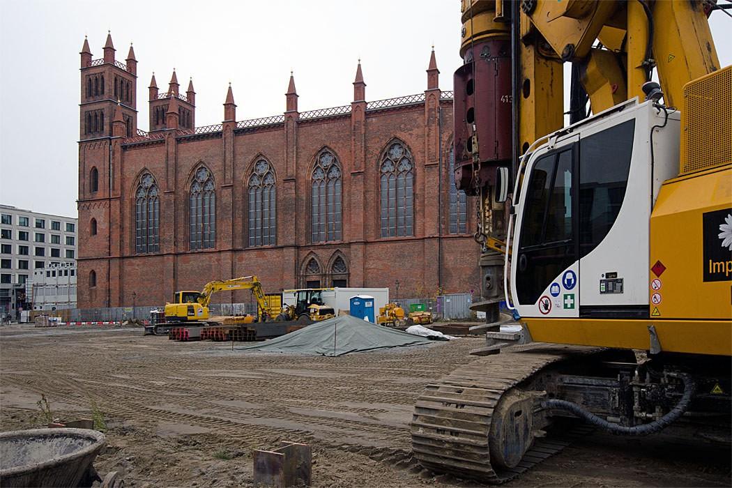 Schweres Gerät bringt sich auf der Baustelle östlich der Friedrichswerderschen Kirche in Stellung. Foto: Sven Hoch Die Realisierung des Frankonia-Projekts wird die Kirche wohl weiter in ihrer Substanz nachhaltig beschädigen.