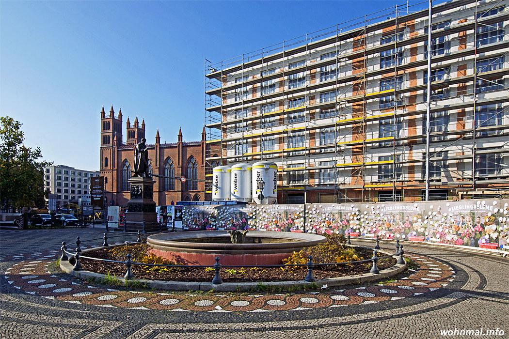 Blick westwärts über den Schinkelplatz zur Friedrichswerderschen Kirche. Bald schließen die Neubauten der Frankonia nahtlos an die sich hier bereits im Bau befindlichen Gebäude an. Foto: Sven Hoch